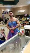 姪「ドレス着てシンデレラの映画見に行きたいけど恥ずかしい……」叔父「じゃあ俺も着るよ!」→海外で男らしいと絶賛