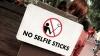 ディズニーがテーマパーク内で自撮り棒を使用禁止に