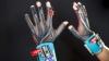 手話を自動翻訳する手袋「SignAloud」を大学生が開発